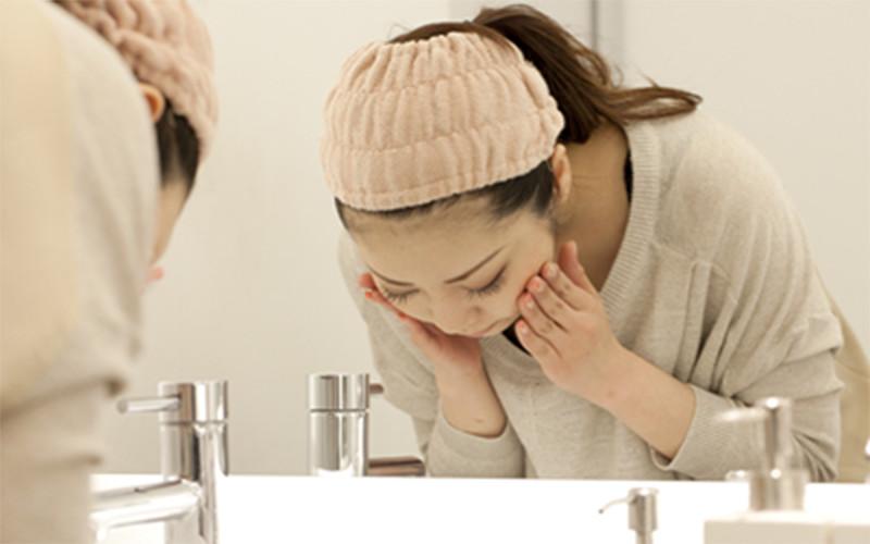 洗顔中の写真