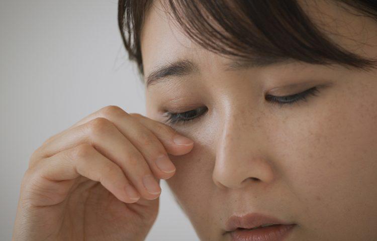 下眼瞼脱脂術の痛みは?麻酔は?軽減方法を解説